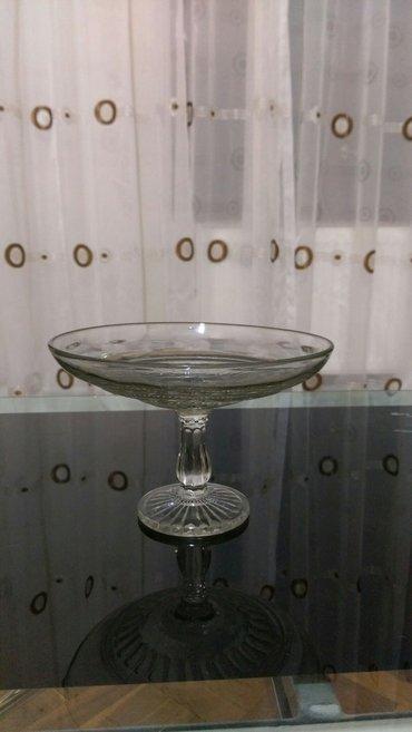 Bakı şəhərində Qedimi şuşeden meyve qabi. из старого стекла посуда для фруктов.