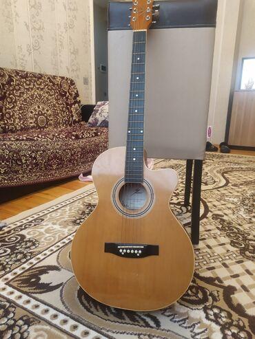 gitara satilir в Азербайджан: Akustik Gitara satılır 165 azn çantasını verirəm equalizerı varreal
