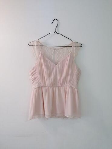 Preko grudi - Srbija: Motivi bluza elegantna. Prelepa nezno roza boja. Ojacanje u gornjem de
