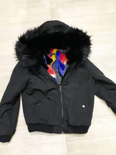 Kratka jaknica sa bogatim crnim krznom na kapuljaciJako toplo krzno