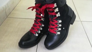 Savršene nove broj 38 sa crvenim i crnim pertlama - Batajnica