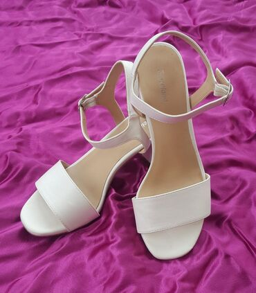 Bele sandale br. 37 marke Graceland. Označen broj 37 i tom broju