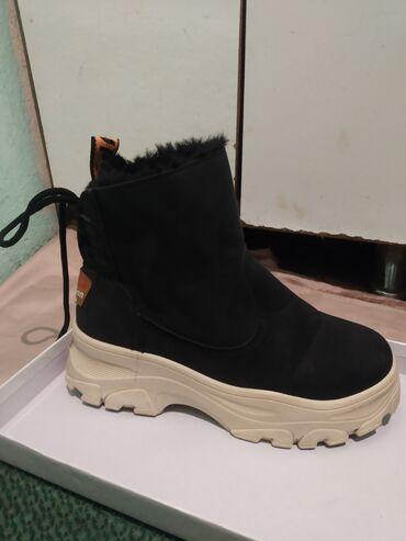 демисезонные замшевые полусапожки в Кыргызстан: Продаются ботинки (новые) зимние,замшевые, качественные, изнутри теплы