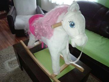 Konjce za klackanje proizvodi zvuke jahanja konja dok se dete klacka - Nis