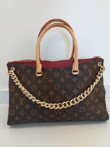 Od koze torbica - Srbija: Skupocena original Louis Vuitton torba sa monogramom. Torba je nosesa