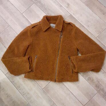 Sako crne boje - Srbija: Stradivarius kratka teddy jaknica, iz kolekcije STR. Samo je skinuta