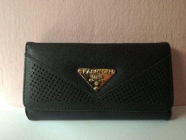 Μαύρο πορτοφόλι, καινούργιο, μη χρησιμοποιημένο, με πολλές θήκες για