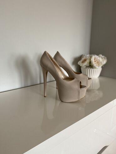 Preudobne cipele na jako visoku platformu i stiklu. Lakovana koža