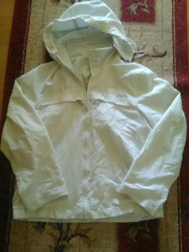 Jaknica bele boje sa kapuljacom koja se skida.Velicina 38 - Bajina Basta