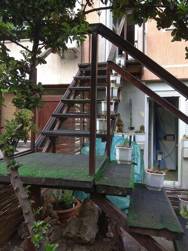 Spoljno stepeništeSpoljno metalno stepenište sa drvenim gazištima