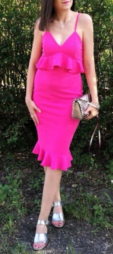 Jarko pink haljina koja ide uz telo, elegantna, elastična i prijatna