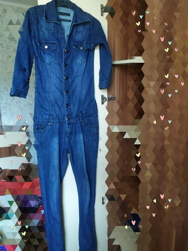 Продаю настоящий джинсовый комбенизон. Очень хорошо тянется и