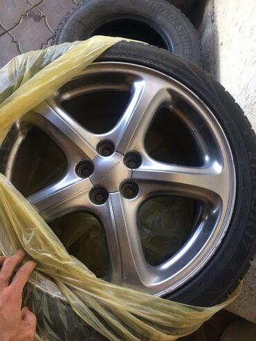 шины 18570 r14 в Кыргызстан: Продаю комплект зимних шин с дисками на Субару