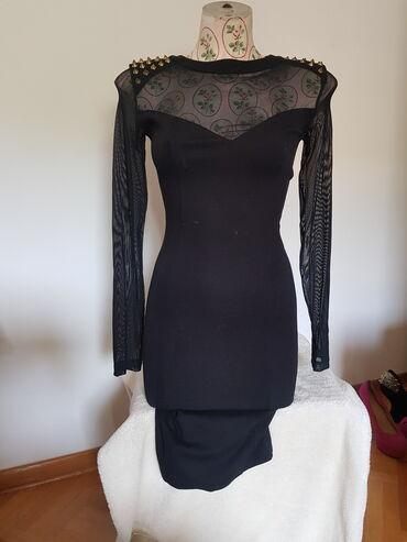 Crna haljina sa bodljama na ramenima, rukavi i gornji deo je od tila