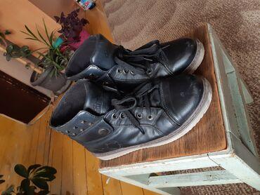 Ženska patike i atletske cipele   Prokuplje: Broj 39 (moze 38). Nisu pocepane, na prednjim stranama imaju