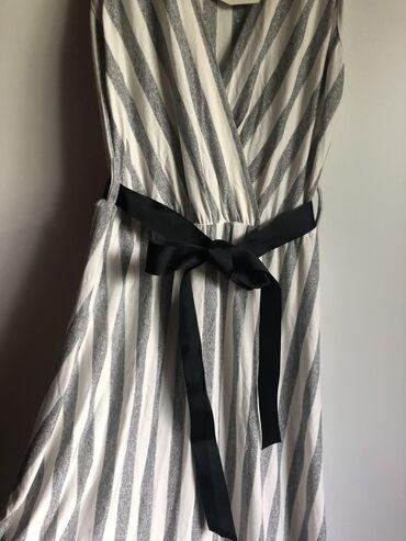 Nova( sa etiketom) srebrno- bela duga haljina prelepog materijala i