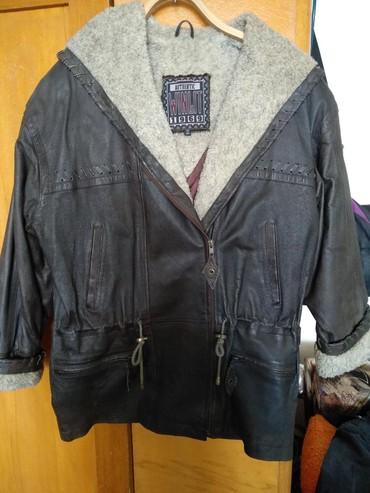 тёплую кожаную куртку в Кыргызстан: Продаю женскую теплую кожаную куртку, б/у размер 48-50, красиво