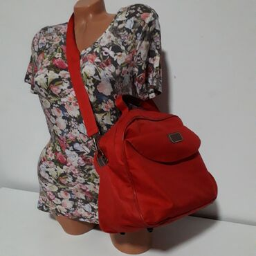 Sporeti - Srbija: Sportska crvena torba Odlična torba preko ramena, dimenzija 34 cm sa