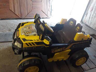 Детская машинка на аккумуляторе,в хорошем состоянии,возраст до 8