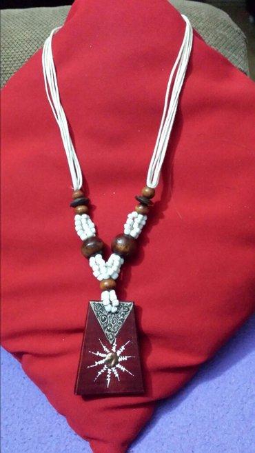 Povoljne ogrlice. ... 1. Drvo i bele perlice, dužina 32cm, cena - Velika Plana