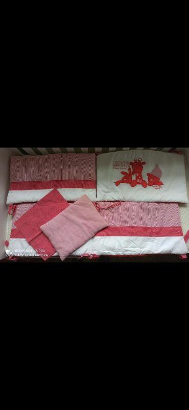 Prodajem ogradicu marke Tri Drugara,sa jastucnicom i jastucetom u