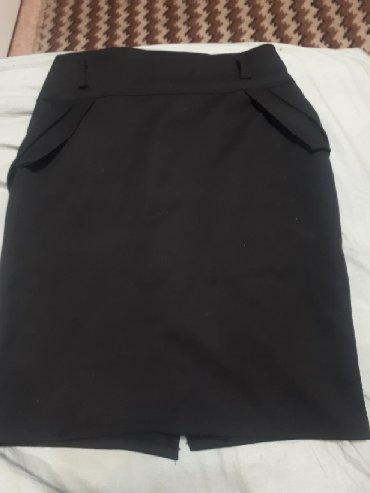 Черная классическая короткая юбка.Почти новая .Взади молния. Спереди 2