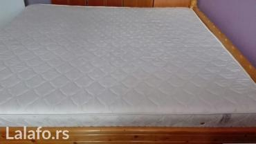 Bracni krevet od punog drveta sa dusekom u odlucnom stanju. Dimezije - Belgrade