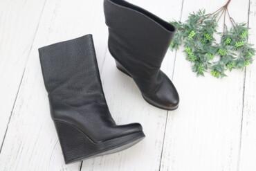 женские ботфорты в Азербайджан: Женские кожаные сапоги,р.39 Цвет: черный Р: 39 Высота платформы:12 см
