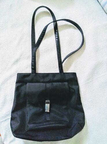 Teget torba od vodootpornog materijala nalik ripsu. Dimenzije: 35 x