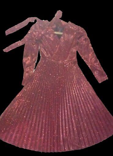 Вечернее женское платье с сверкающим красным цветом