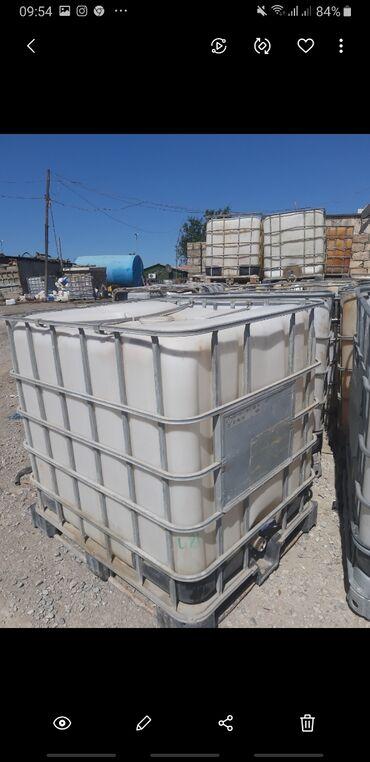 Plastik baklar qiymeti - Azərbaycan: Maye üçün plastik baklar satılır. 1 tonluqdu. Altında taxta paddonlu