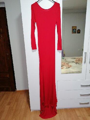 Farma krava - Srbija: Duga haljina sa trakama koje se ukrataju pozadi. Napred je krava