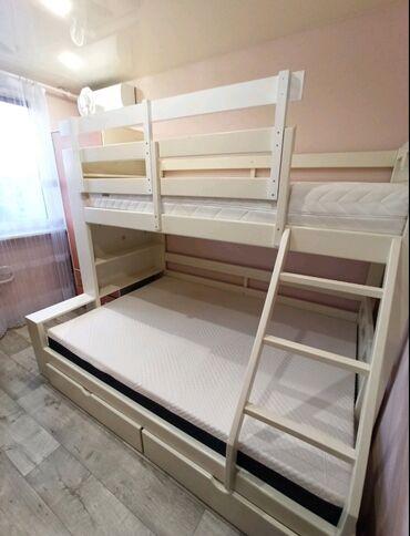 Продам двухярусную кровать из дерева. Цвет белый. Цена с двумя