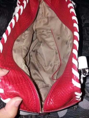 Crveno bela torba marke Duki Daso oblik bureta - Surdulica