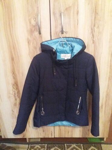 жен куртка в Кыргызстан: Куртка деми.женская. разм. S, M. Спортивная, укороченная до бедер