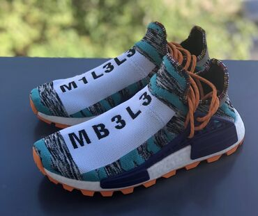 Мужская обувь - Кыргызстан: Adidas pharell Williams original  Продаю оригинальную кроссовку Привез