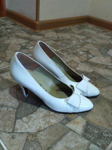 tufli zhenskie 37 razmer в Кыргызстан: Туфли кожаные почти новые,одеты один раз на свадьбу,раз.37, 500 сом