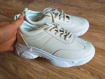 Новые кроссовки, ни разу не носили  36 размер Бежевого цвета