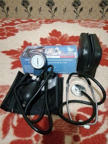 Подаю прибор для измерения артериального давления со стетоскопом