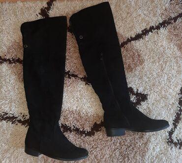 Ženska obuća   Pozarevac: Cizme preko kolena su u super stanju, broj je 41 - 26,5 gaziste