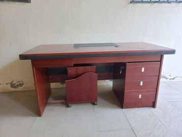 Ofis masası və ya kompyuter masası. Yenidir, istifadə edilməyib, ev
