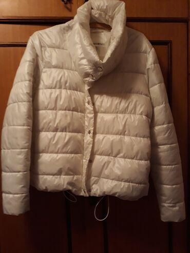 Bela,kratka,pufnasta zenaka jakna.Punjena perijem i vrlo laka za