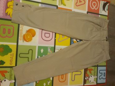 Krem pantalone,imaju dugmad na kraju nogavica,velicina 44 - Ub