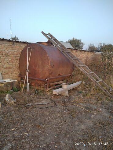 Цистерну 5 куб - Кыргызстан: Продаю бочку цистерну 5 тонник из под воды на ножках в хорошем