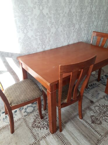 Срочно продается кухонный стол с 4 стульями(1му требуется ремонт)