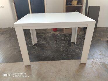 Trepezsriski stol je napravljen od univera I masinski je