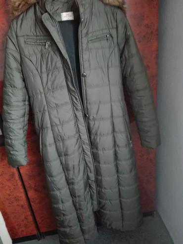 Duga zenska jakna - Srbija: Zenska duga jakna u odlicnom stanju vel 42 kapuljaca se skida