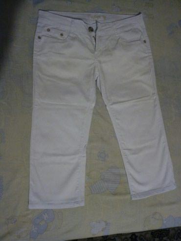 Zenske pantalonica - Srbija: Bele zenske 3/4 pantalonice, jednom obucene, nove, velicina 30. cena