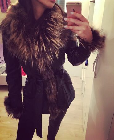 Nike jakna - Srbija: Crna jaknica od prave koze sa pravim krznom polarne lisiceJaknica je