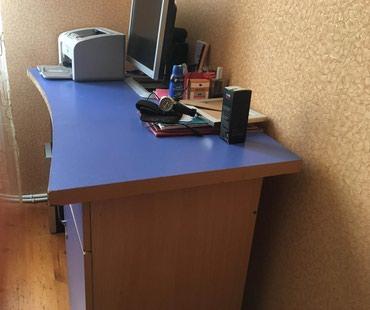 Bakı şəhərində Yazı və kompyüter masası.